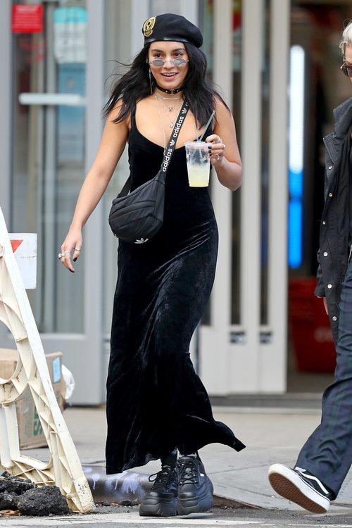 Vanessa Hudgens con vestido de terciopelo en su paseo por Nueva York