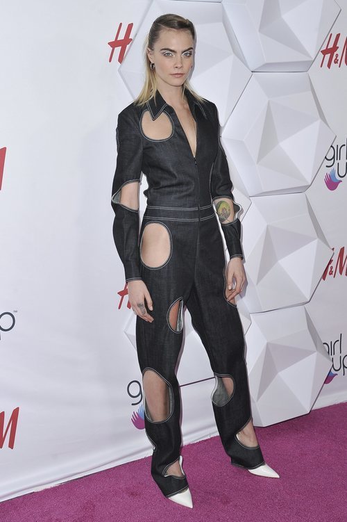 Cara Delevigne con mono vaquero de parches en los Premios Girl Up Hero en Beverly Hills