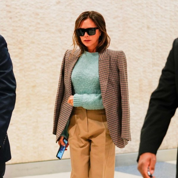 Victoria Beckham con pantalones slouchy de su propia marca ...