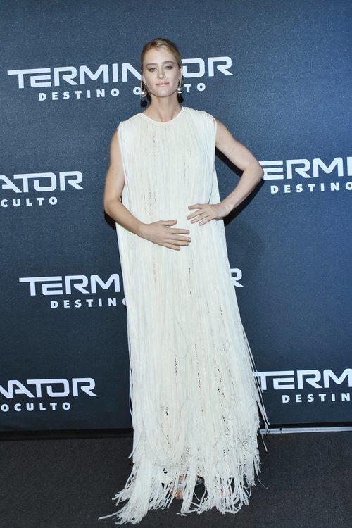 Mackenzie Davis con vestido túnica en la premiere de 'Terminator' en México