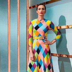 Nieves Álvarez con el Rainbow Diamonds Dress de María Escoté presentando 'Flash Moda'