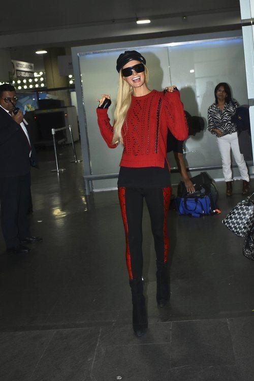 Paris Hilton con jersey de lana y cuero en el aeropuerto de México