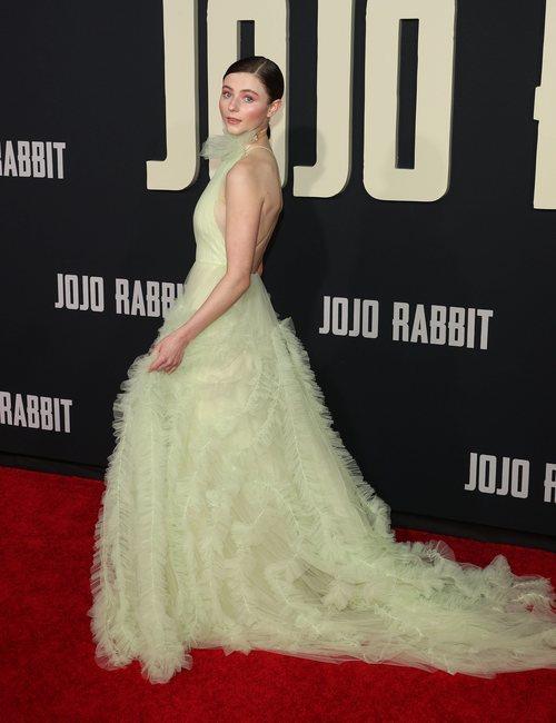 Thomasin Mckezsie con vestido de tul amarillo en la premiere de 'Jojo Rabbit'