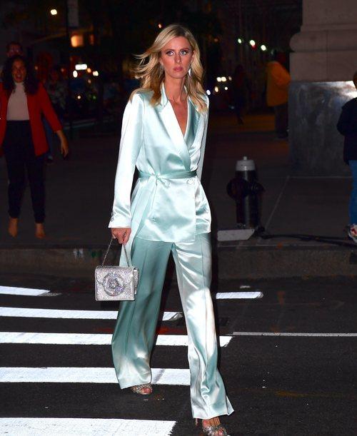 Nicky Hilton con un dos piezas estilos pijamero en azul aguamarina paseando por Nueva York