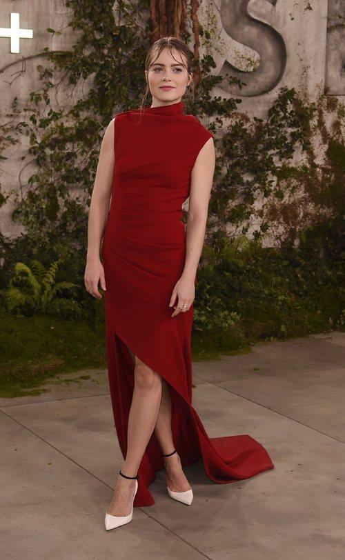 Hera Hilmar con un vestido largo asimétrico en color rojo en la premiere de la serie 'See'