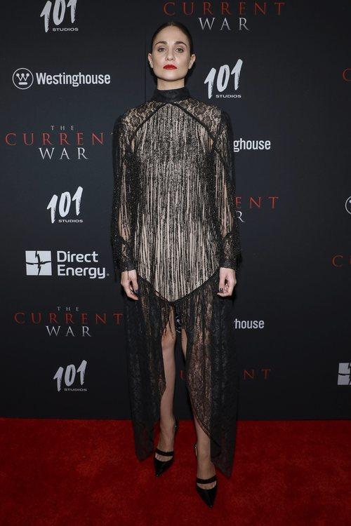 Tuppence Middleton con vestido transparente cubierto de flecos en el estreno de 'The Current War'