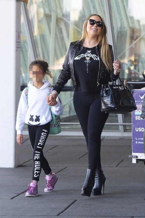 Mariah Carey con total look negro paseando por Nueva York