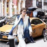 Gigi Hadid con un tres piezas en azul y blanco de Oscar de la Rente por Nueva York