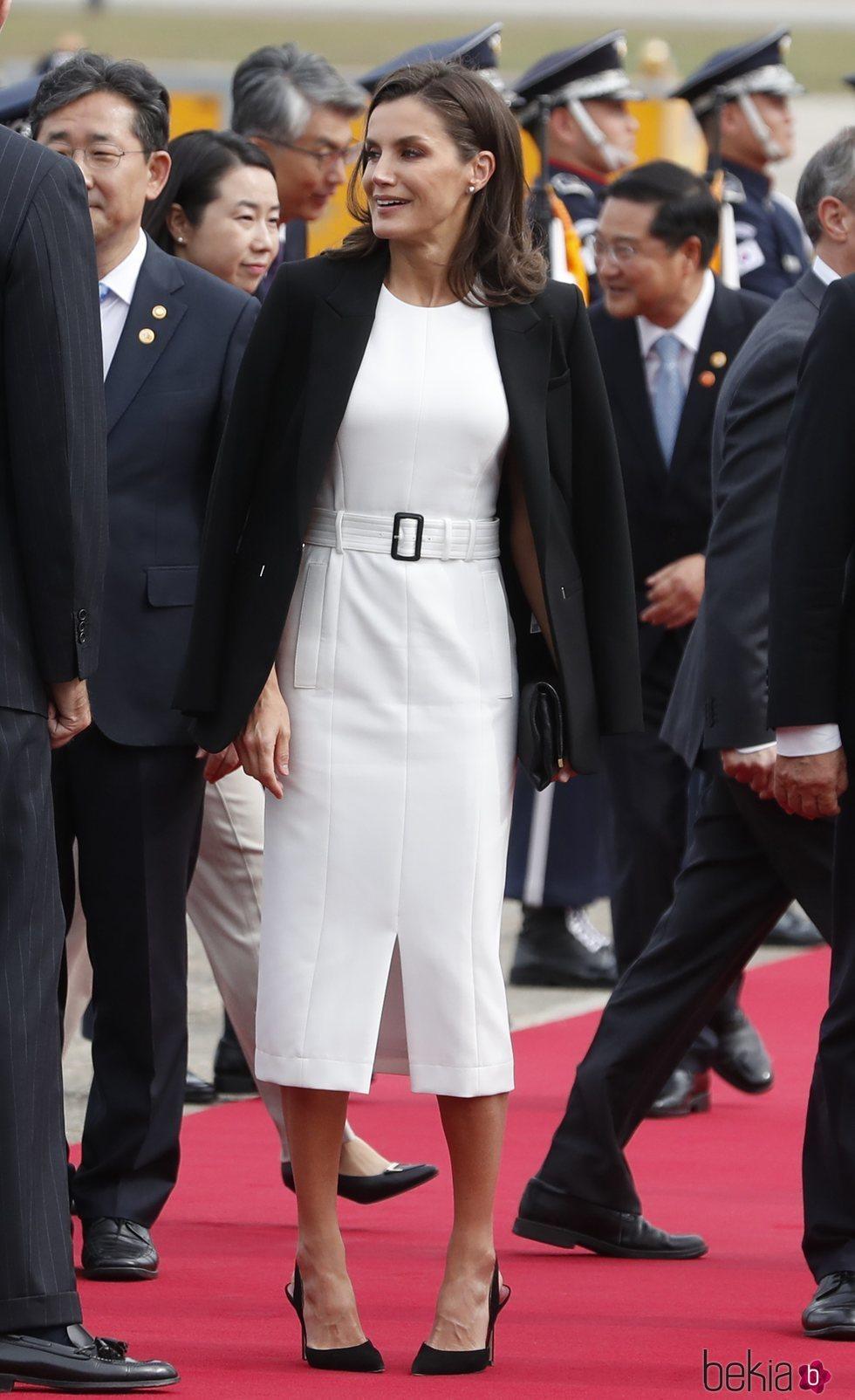 La Reina Letizia con un vestido de Hugo Boss en su llegada a Corea del Sur durante su visita oficial