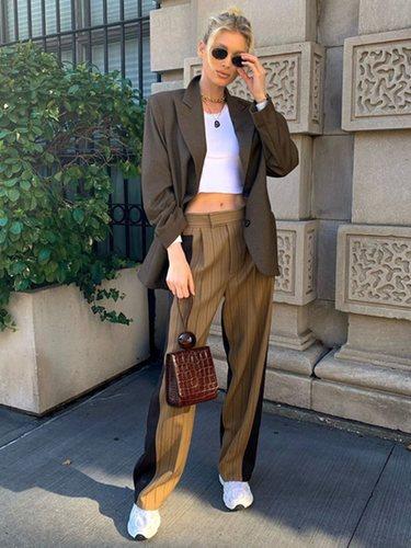 Elsa Hosk con un traje de chaqueta y pantalón bicolor en Nueva York