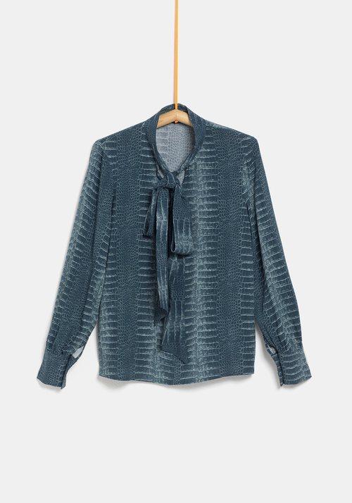 Blusa azul de la colección de Rocío Osorno y TEX de otoño/invierno 2019