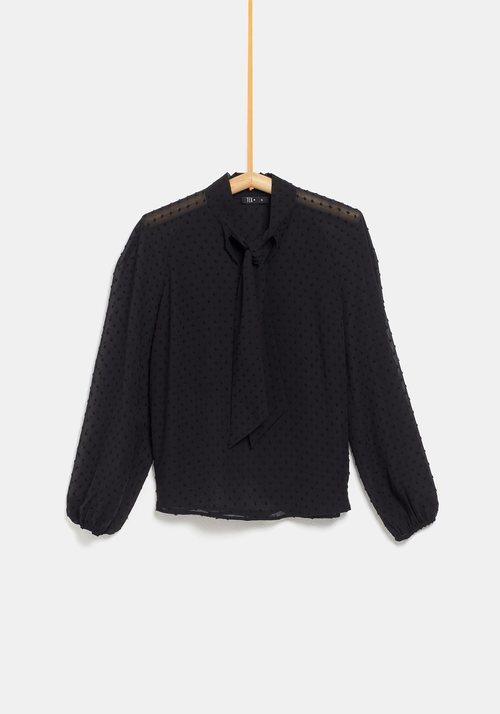 Blusa negra con lazo al cuello de la colección de Rocío Osorno y TEX de otoño/invierno 2019