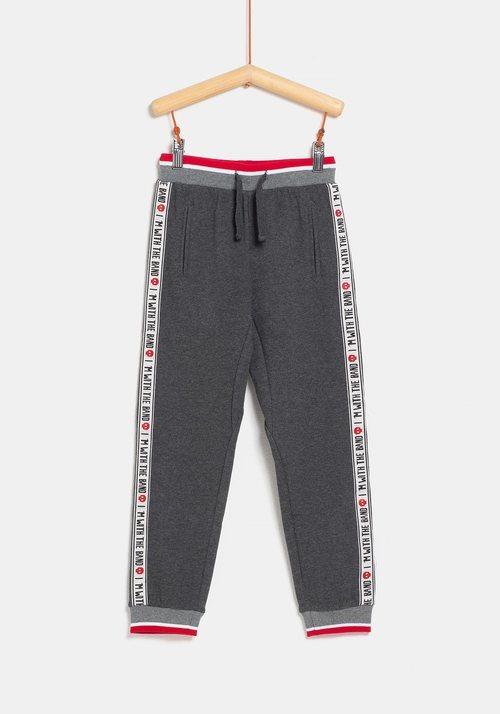 Pantalón chándal rojo para niño de la colección 'I-O' de Carrefour y TEX para otoño/invierno 2019
