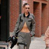 Bella Hadid con blazer de rayas en Nueva York