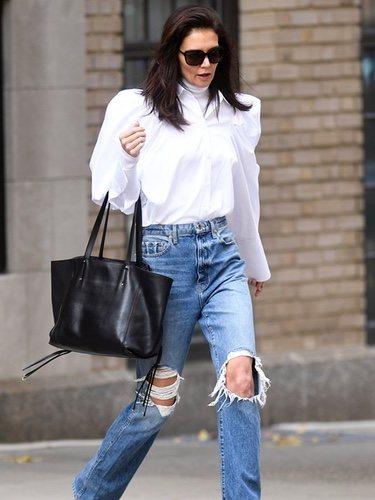 Katie Holmes con blusa abullonada por Nueva York