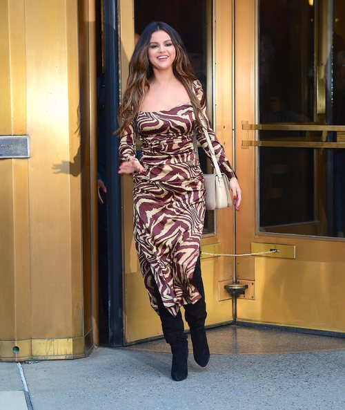 Selena Gomez con vestido animal print en Nueva York