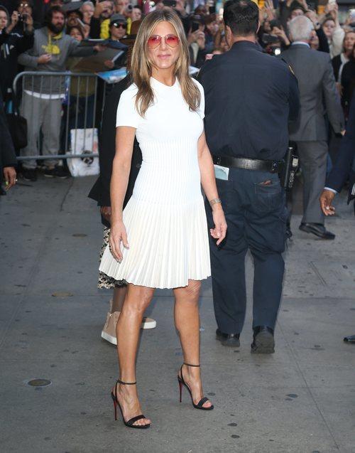Jennifer Aniston con vestido blanco en Nueva York