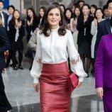 La Reina Letizia con falda de piel de Hugo Boss en un acto de la Agencia de Promoción de Inversión Comercial de la República de Corea