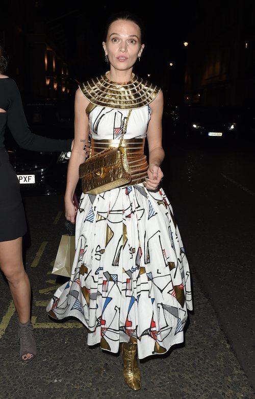 Anna Brewster con vestido egipcio durante los Premios Harper's Bazaar Woman of the Year 2019