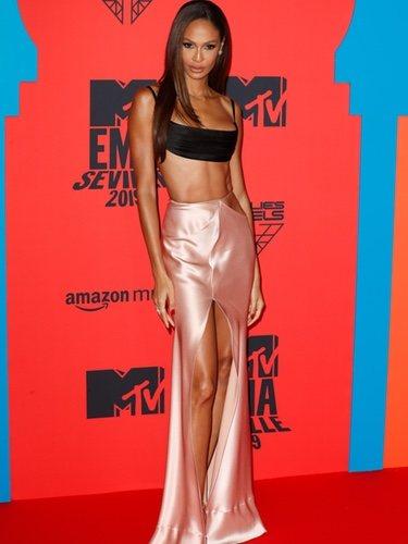 Joan Smalls con falda de satín durante los Premios MTV EMAs 2019