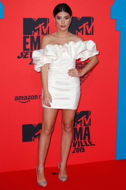 Dulceida con vestido blanco durante los Premios MTV EMAs 2019
