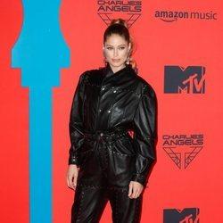 Doutzen Kroes con mono negro de cuero durante los Premios MTV EMAs 2019