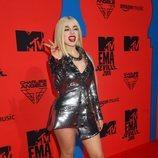Ava Max con vestido plateado durante los Premios MTV EMAs 2019