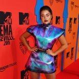 Noa Kirel con vestido metalizado durante los Premios MTV EMAs 2019