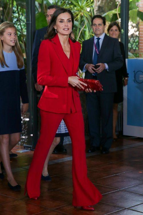 La Reina Letizia con un dos piezas rojo de Roberto Torretta en la recepción a los galardonados en los Premios Princesa de Girona 2019