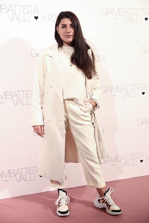 Alba Paul con un total look beige en la presentación de Giambattista Valli x H&M