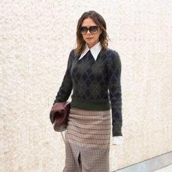 Victoria Beckham en Nueva York con un look mezcla de estampados