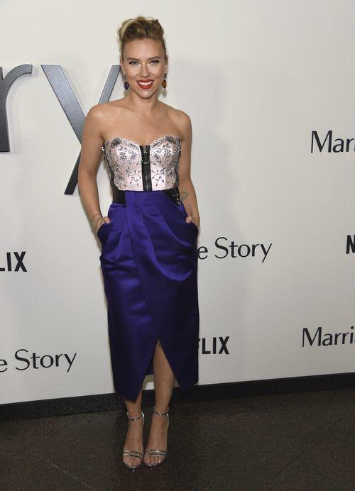 Scarlett Johansson con vestido encorsetado en la premiere de la película 'Historia de matrimonio'
