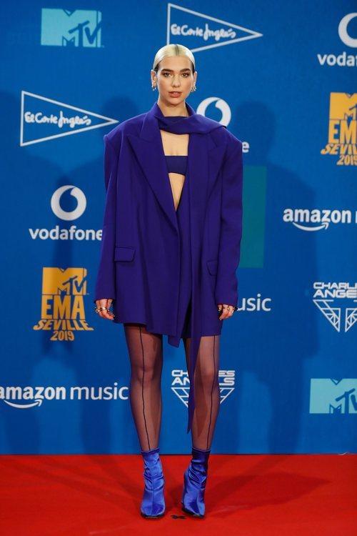 Dua Lipa con un total look azul klein tas los MTV EMAs 2019