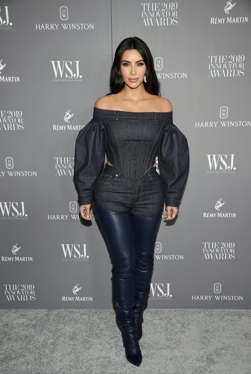 Kim Kardashian con un total look denim y botas de latex en los Innovation Awards 2019