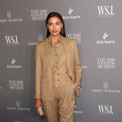 Irina Shayk con traje camel en los Innotavion Awards 2019