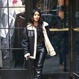 Kim Kardashian con abrigo de borrego y pantalones de cuero en Nueva York