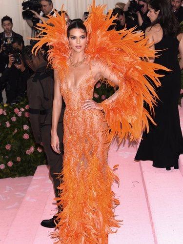 Kendall Jenner con vestido de plumas en la Gala Met 2019