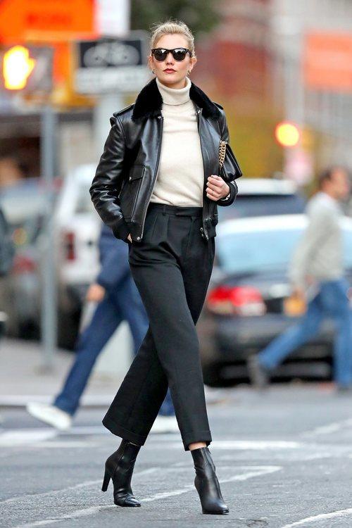 Karlie Kloss luce una cazadora de borrego en Nueva York