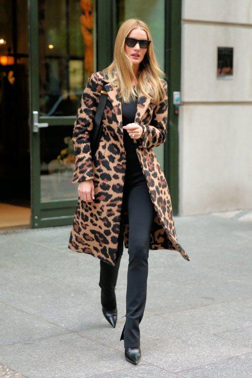 Rosie Huntington con abrigo de estampado de leopardo en Nueva York