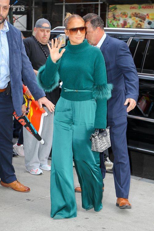 Jennifer Lopez con look turquesa y gafas de sol en Nueva York