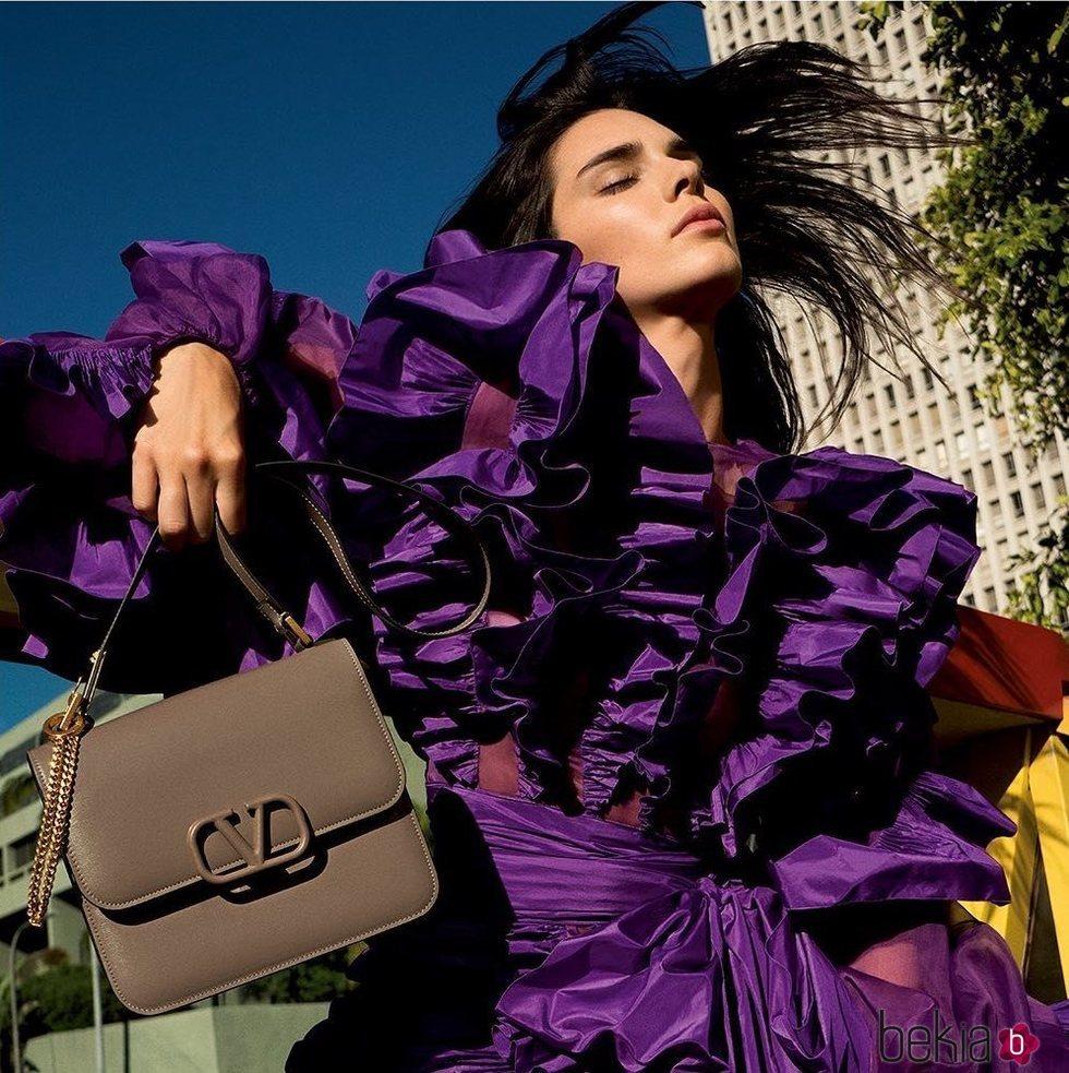 Modelo 'VSLIN Bag' de Valentino en color marrón de la colección Resort 2020