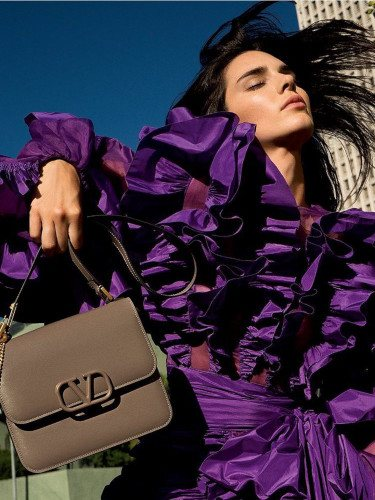 Modelo 'VSLIN Bag' de Valentino en color marrón de la colección Resort 2020