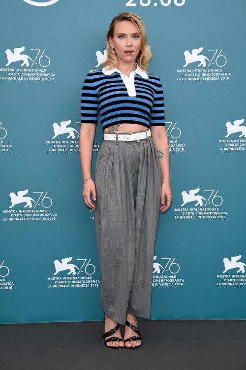 Scarlett Johansson con un dos piezas de Michael Kors en el Festival Internacional de Cine de Venecia 2019