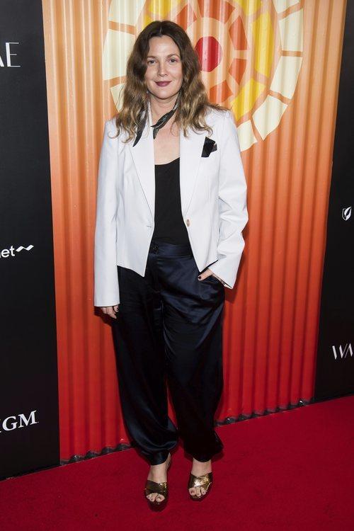 Drew Barrymore con pantalones de seda en la gala Africa Project 2019