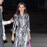 La Reina Letizia con vestido de Hugo Boss en su llegada a Cuba