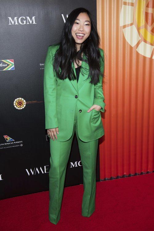 Awkwafina con traje verde durante la gala Africa Project 2019