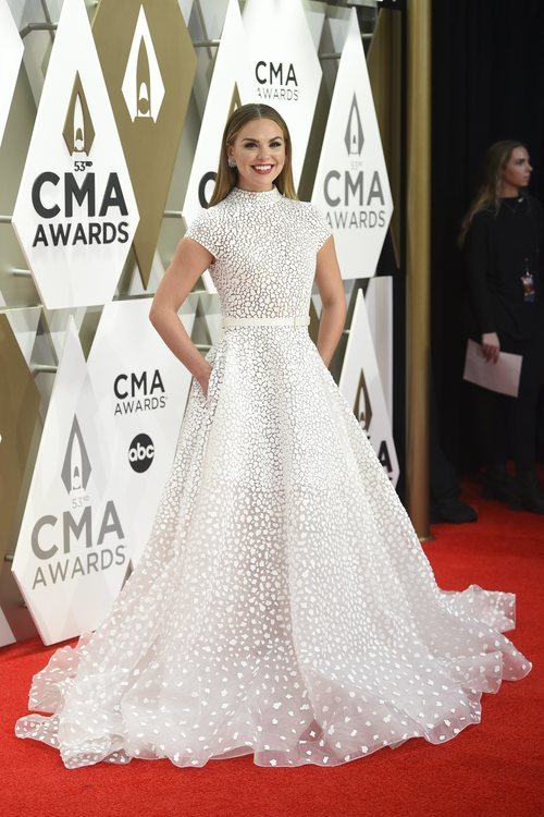 Hannah Brown con vestido blanco en los CMA Awards 2019