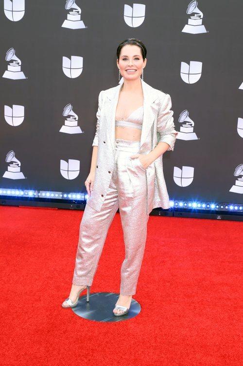 Soraya con un dos piezas plateado en la alfombra roja de los Grammy Latino 2019