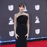 Paz vega con vestido negro en la alfombra roja de los Grammy Latino 2019