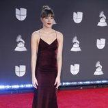 Aitana con vestido burdeos en la alfombra roja de los Grammy Latino 2019